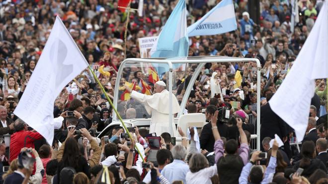 Multitud de peregrinos aclaman al Papa a su llegada a Fátima