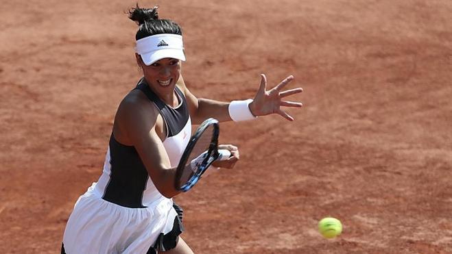Muguruza inicia con éxito la defensa de su título en Roland Garros