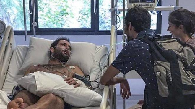 El surfista cántabro con leucemia atrapado en Bali vuelve a casa
