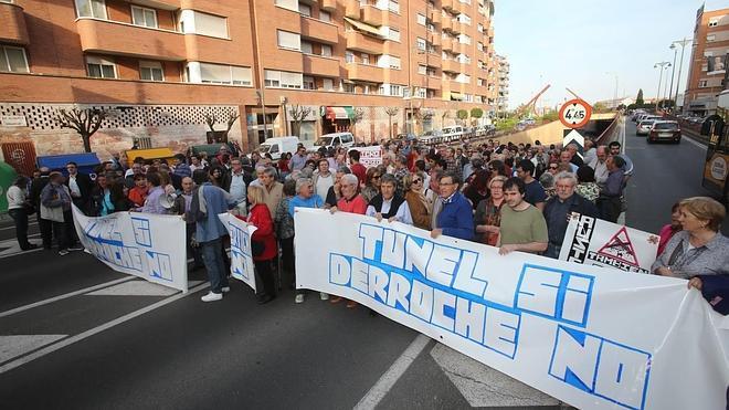 Unas 200 personas se concentran en contra del derribo del túnel de Vara de Rey