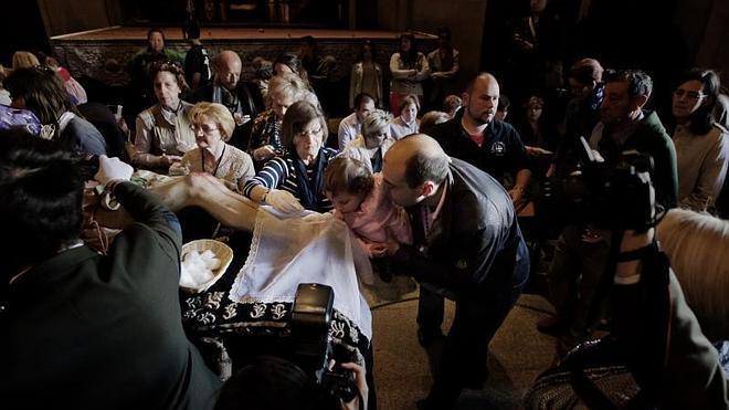 Centenares de logroñeses acuden a La Redonda para la Limpieza del Cristo