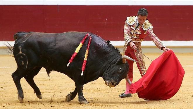 Diego Urdiales malogra con la espada una de las mejores faenas de su vida