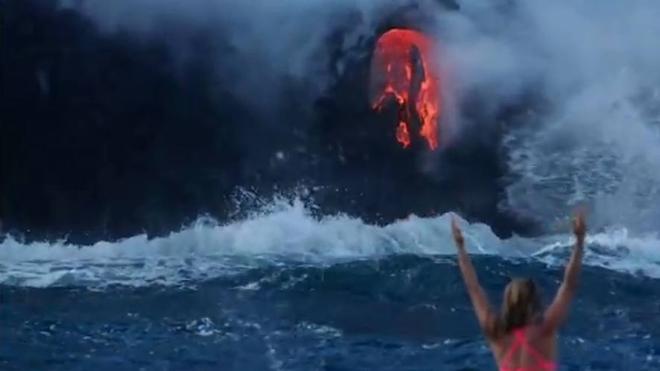 Hacer surf junto a un volcán en erupción
