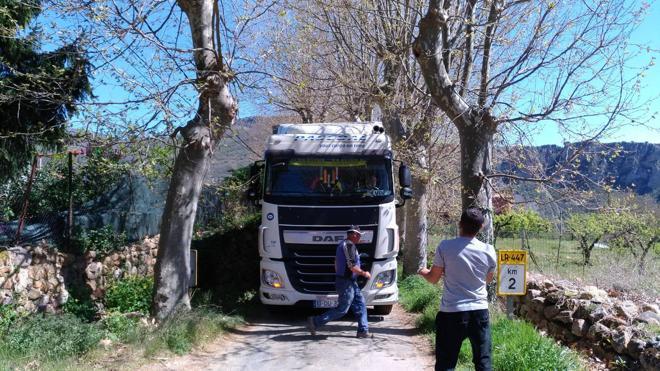 Un camión portugués que iba a Cantabria acaba atascado en... Nestares