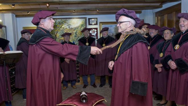 El Nobel Kydland investido cofrade de mérito de la Cofradía del Vino de Rioja